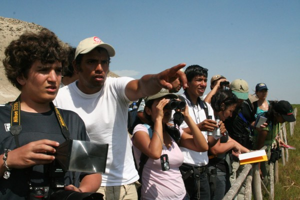 http://birdingblogs.com/wp-content/uploads/2011/09/Peruvian-birders-Barbara-Fraser-e1317306882301.jpg